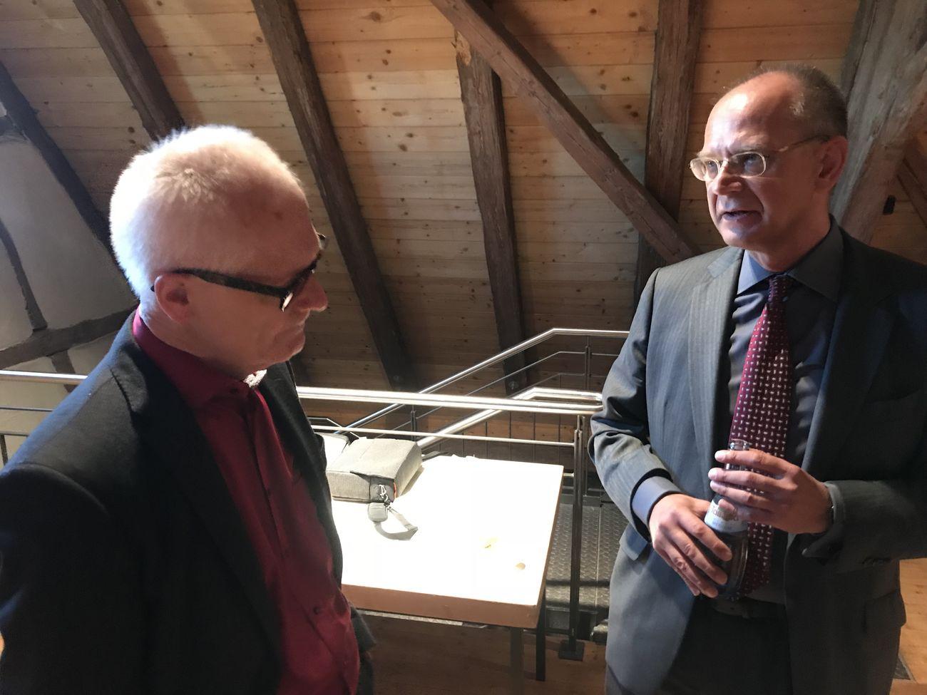 SPD-Bezirksbeirat Weiß im Gespräch mit Prof. Martin (rechts)