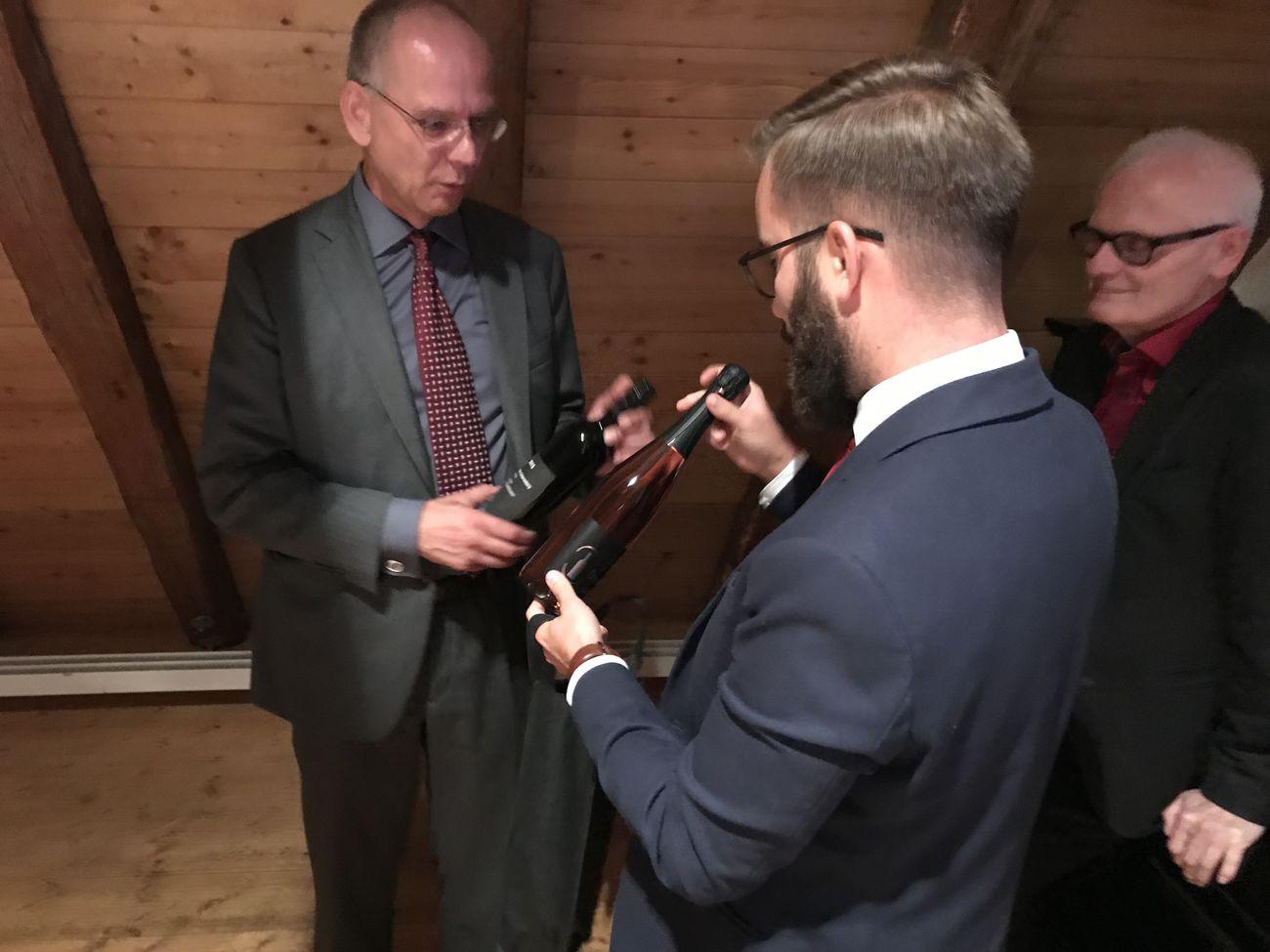 SPD- Vorsitzender Singer bedankt sich bei Prof. Martin mit Degerlocher Wein